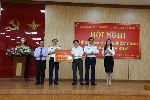 Провинция Куангнгай подписала программу взаимодействия между морской полицией и рыбаками - ảnh 1