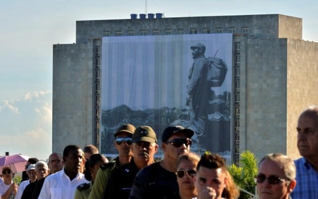 Orphelins et émus, les Cubains rendent hommage à Fidel Castro - ảnh 1