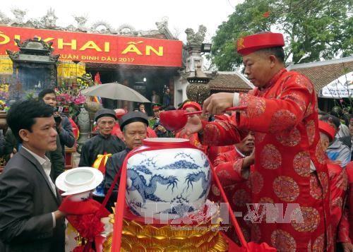 Nam Dinh : Procession du poisson à la fête du temple des Tran - ảnh 1