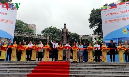 Vernissage d'une exposition sur les pays et les habitants de l'ASEAN - ảnh 1