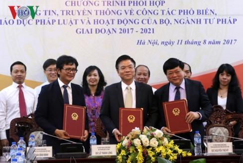 VOV, VTV et le ministère de la Justice signent un programme de coordination  - ảnh 1
