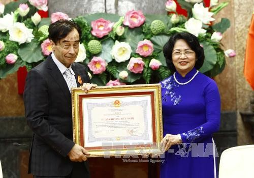 Le professeur Odon Vallet décoré de l'Ordre de l'Amitié de l'Etat vietnamien - ảnh 1
