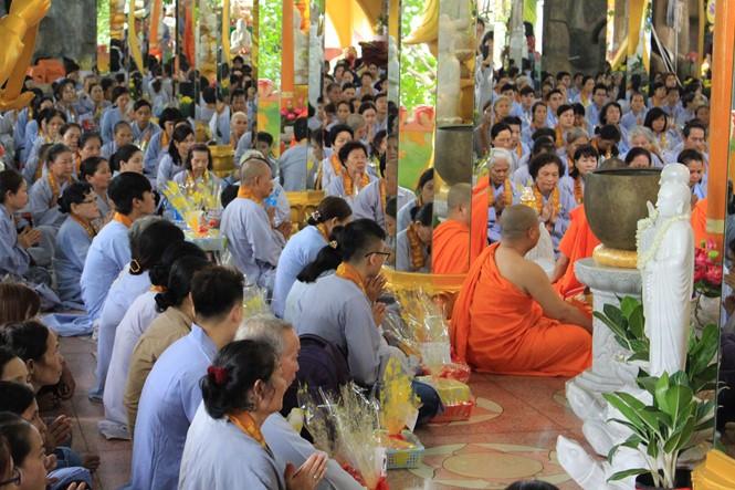 Banyak warga dan umat Buddhis ikut serta dalam Upacara Ulambana - ảnh 1