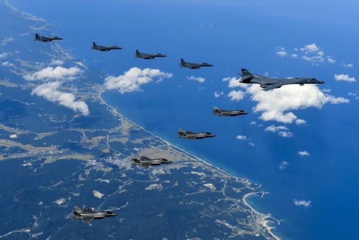 """Washington adresse un """"message"""" à Pyongyang en survolant ses côtes - ảnh 1"""