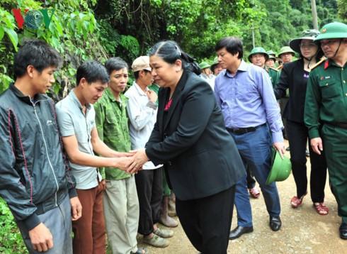 Tong Thi Phong au chevet des victimes des crues à Hoa Binh - ảnh 1