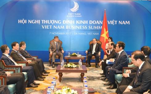 Nguyen Xuan Phuc reçoit des dirigeants d'entreprises étrangères - ảnh 2