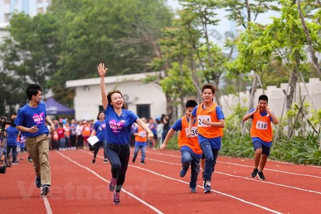 Près de 1.000 personnes participent à la Journée de sensbilisation à l'autisme au Vietnam - ảnh 1