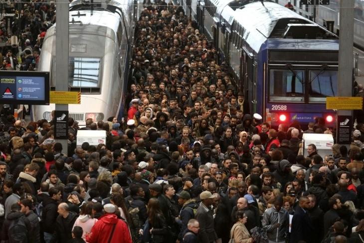 France : le bras de fer se poursuit entre les cheminots et le gouvernement - ảnh 1