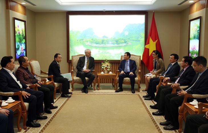 Vuong Dinh Huê reçoit le président de HDI Global SE et le recteur d'une université de Bratislava - ảnh 1