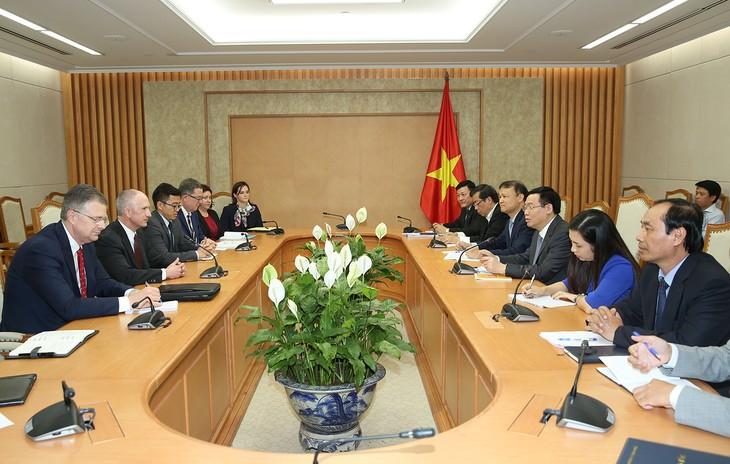 Vuong Dinh Huê reçoit le représentant adjoint américain du commerce - ảnh 1