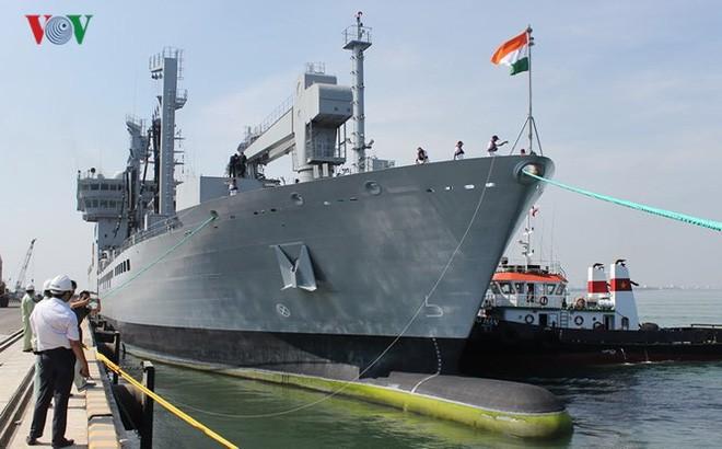 Trois navires de la Marine indienne en visite à Da Nang - ảnh 1