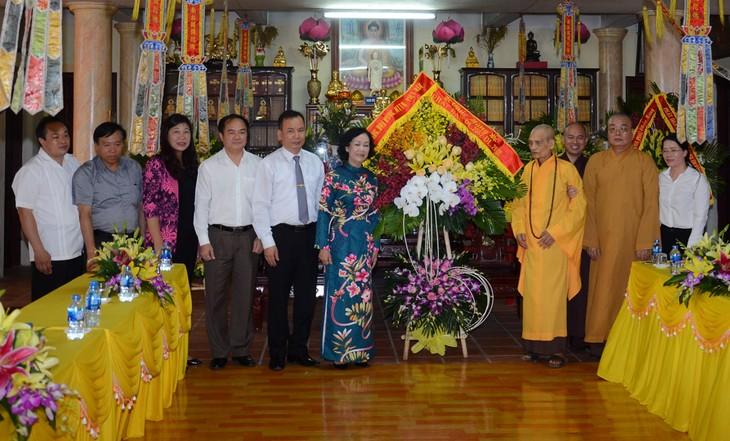 Truong Thi Mai rend visite à l'église bouddhique du Vietnam - ảnh 1