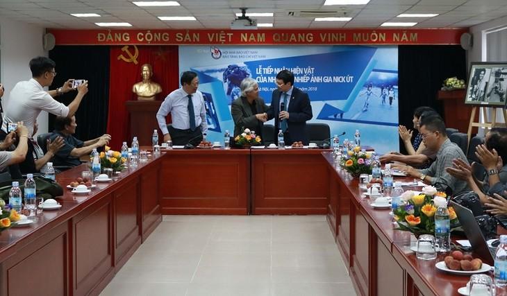Nick Ut offre des cadeaux au Musée de la presse vietnamienne  - ảnh 1