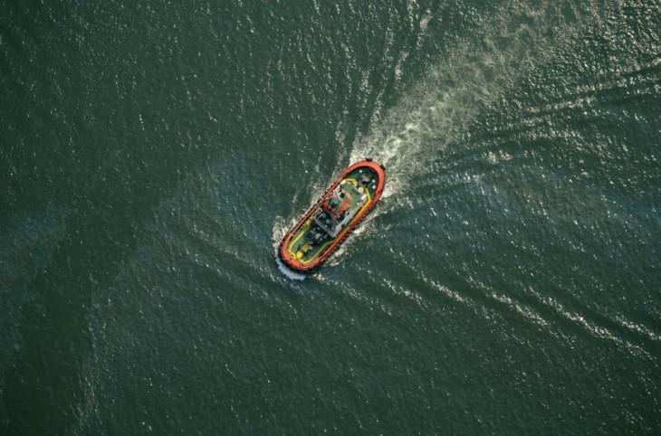 Indonésie : un navire chavire, un mort et des dizaines de disparus - ảnh 1