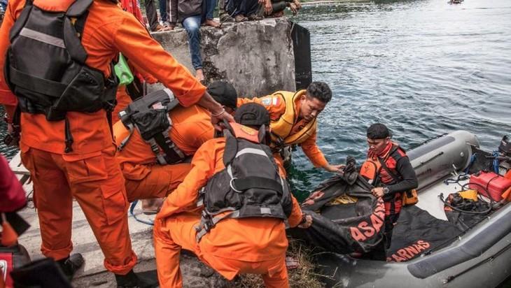 Naufrage en Indonésie: près de 200 portés disparus sur le lac Toba  - ảnh 1