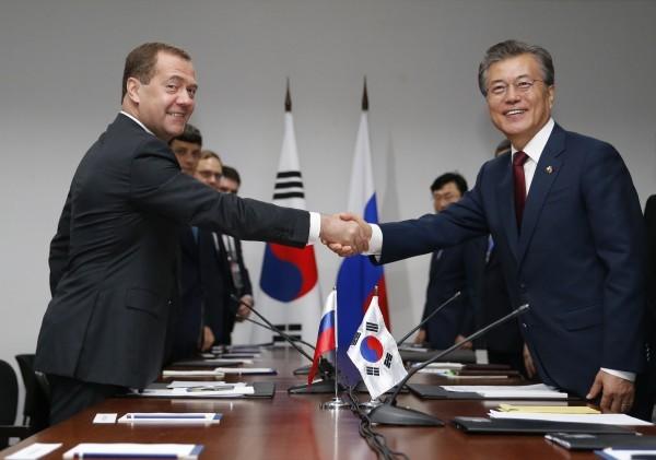 Entretien entre Moon Jae-in et Dmitri Medvedev - ảnh 1
