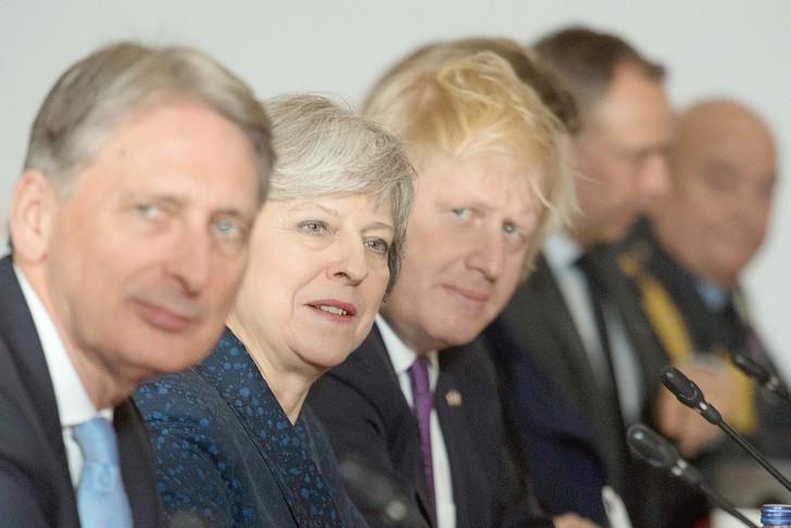 Brexit: Theresa May fragilisée après deux démissions - ảnh 1