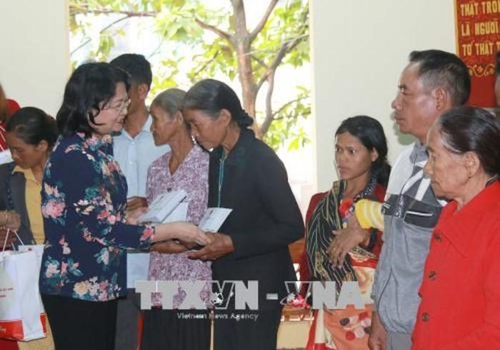 Dang Thi Ngoc Thinh rencontre des familles méritantes à Dak Nông - ảnh 1