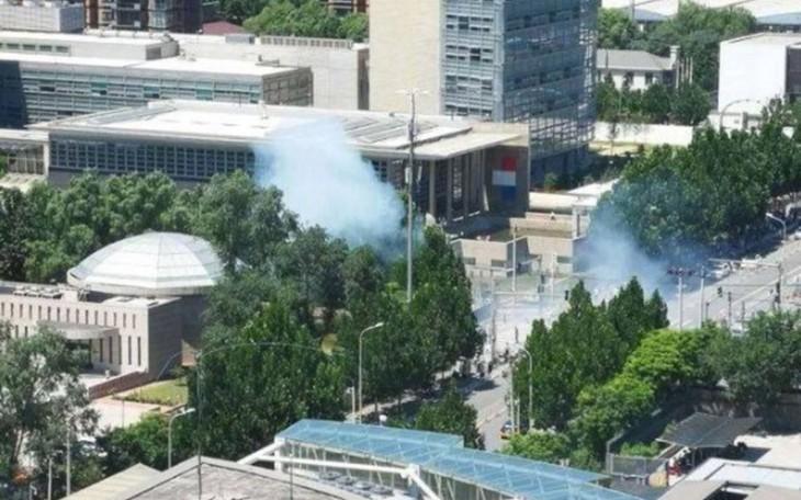 Pékin: Explosion à l'extérieur de l'ambassade des États-Unis - ảnh 1