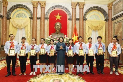 Dang Thi Ngoc Thinh rencontre des enfants sages de l'Oncle Hô de Binh Duong - ảnh 1
