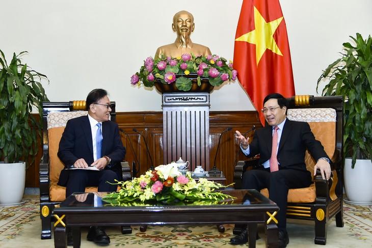 Le consul général d'honneur du Vietnam à Busan-Gyeongnam reçu par Pham Bình Minh - ảnh 1