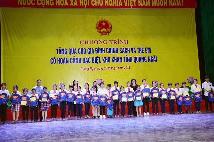 Dang Thi Ngoc Thinh distribue des cadeaux à des familles méritantes de Quang Ngai - ảnh 1