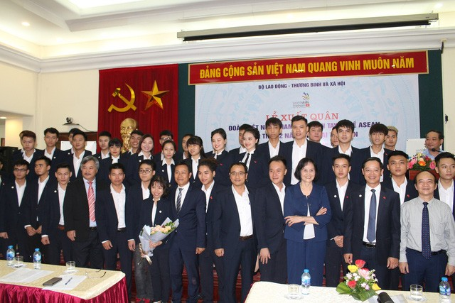 Départ des Vietnamiens pour le 12e concours pour métier d'ingénieurs de l'ASEAN - ảnh 1