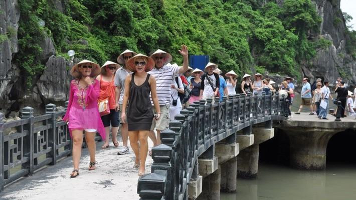 Plus de 1,3 million de touristes étrangers ont foulé le sol vietnamien en août - ảnh 1