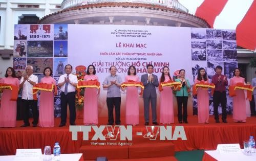 Exposition d'oeuvres d'art récompensées par le prix Hô Chi Minh et le prix d'État 2016 - ảnh 1