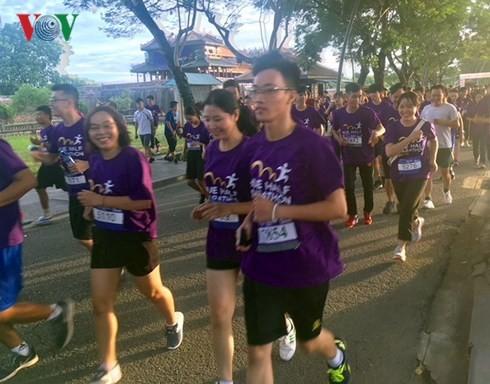 Mille cinq cents personnes au semi-marathon Hué 2018 - ảnh 1
