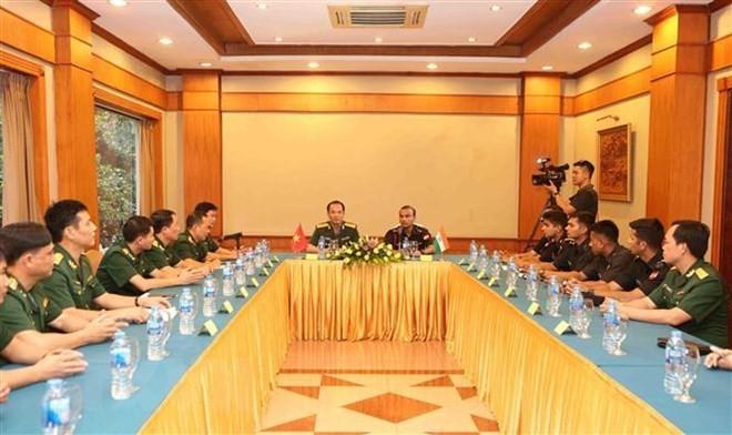 Renforcement des échanges entre les jeunes soldats vietnamiens et indiens  - ảnh 1