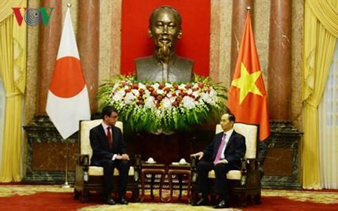 Le ministre japonais des Affaires étrangères reçu par Trân Dai Quang  - ảnh 1