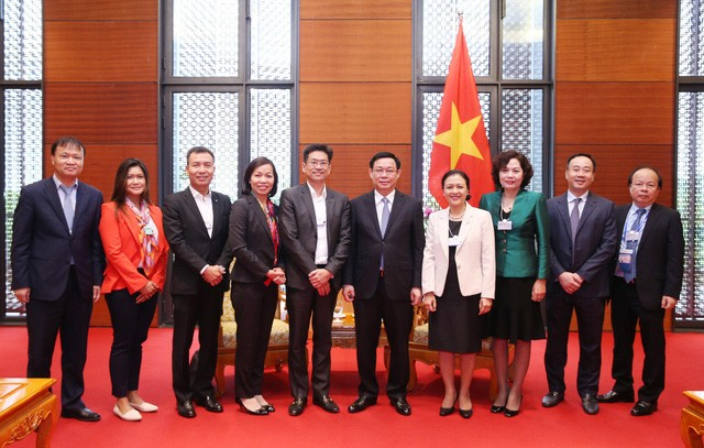 Vuong Dinh Huê rencontre des dirigeants des groupes financiers - ảnh 1
