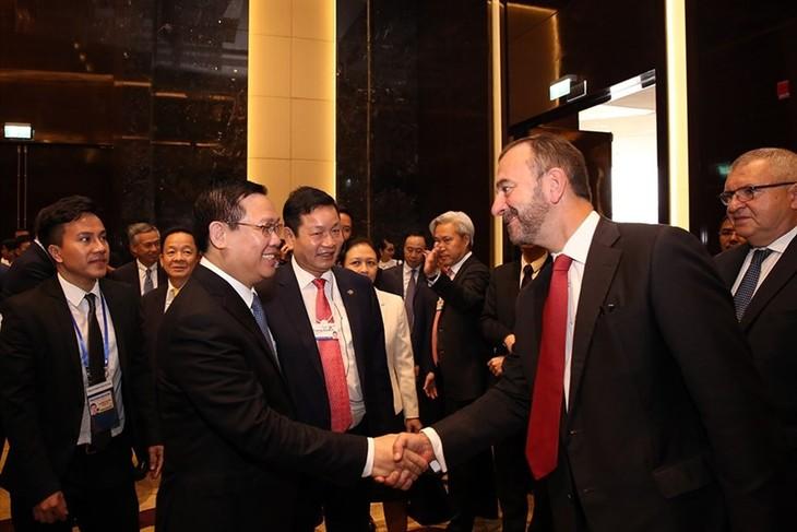 Vuong Dinh Hue dialogue avec les représentants du monde des technologies et des finances  - ảnh 1