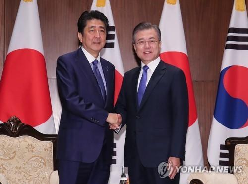 Moon Jae-in discute avec Shinzo Abe des relations bilatérales et de la RPDC - ảnh 1