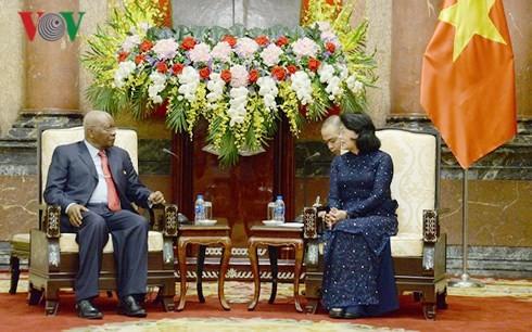 La présidente par intérim Dang Thi Ngoc Thinh reçoit l'ancien président mozambicain - ảnh 1
