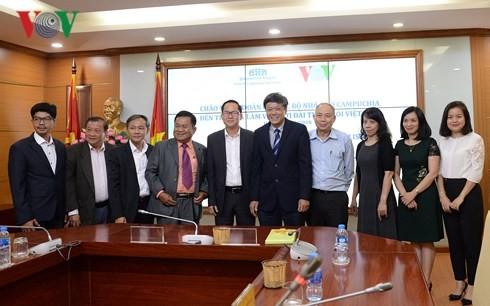 Intensifier la coopération entre la VOV et le club des journalistes cambodgiens - ảnh 1