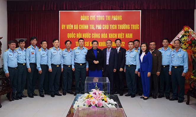 Tong Thi Phong rend visite à la division 372 de l'armée de l'air - ảnh 1