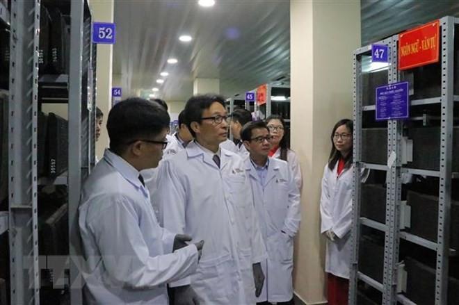 Le vice-Premier ministre Vu Duc Dam visite le centre des archives nationales de Da Lat - ảnh 1