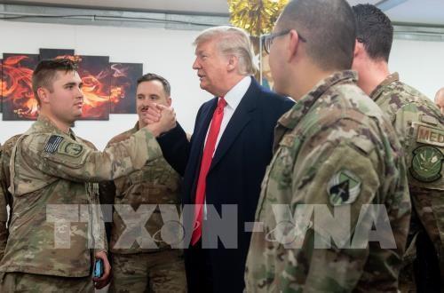 Donald Trump et son épouse rendent une visite surprise aux troupes américaines en Irak  - ảnh 1