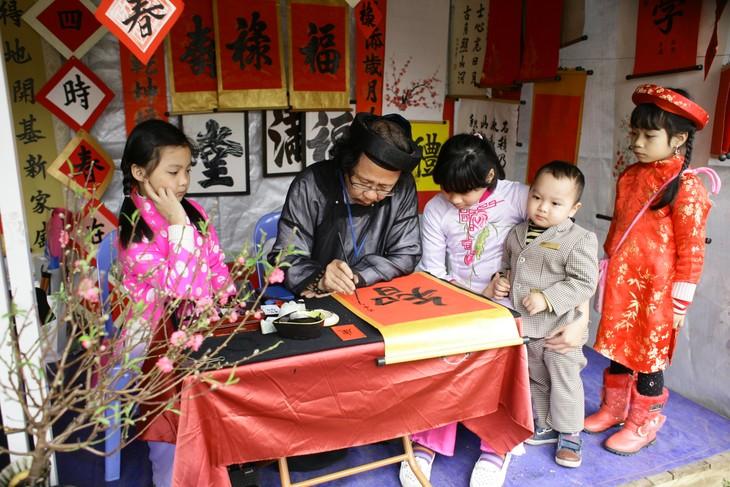 Demander une calligraphie, une coutume des Vietnamiens pendant le Têt - ảnh 1
