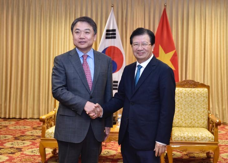 Le vice-président du groupe Hyundai reçu par le vice-Premier ministre Trinh Dinh Dung - ảnh 1