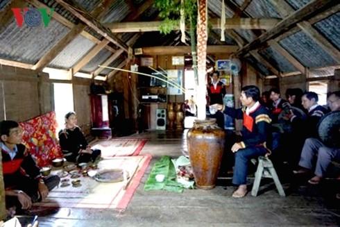 La cérémonie d'adoption d'une nouvelle jarre chez les Ede Mdhur - ảnh 1