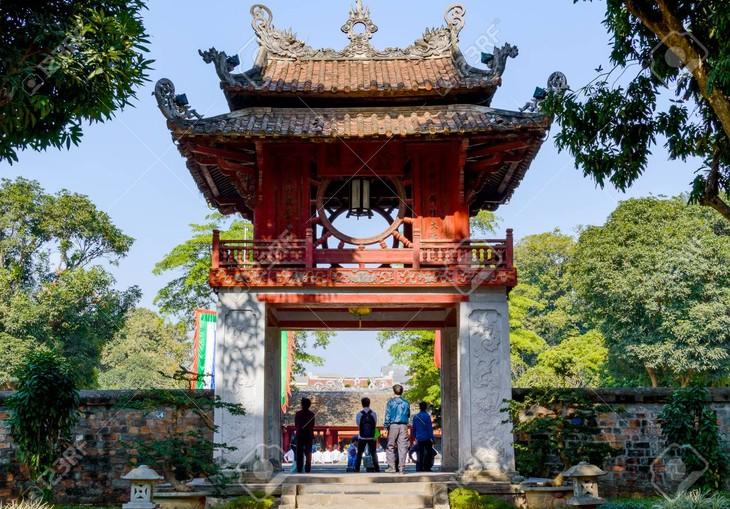 300 étudiants guides bénévoles pour présenter les sites de Hanoi - ảnh 1