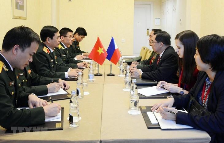 Phan Van Giang rencontre des officiers russe et philippin - ảnh 1