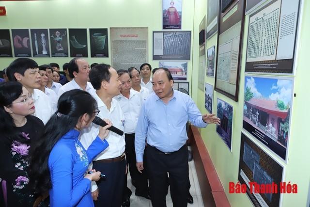 """Nguyên Xuân Phuc visite l'exposition """"Thanh Hoa, jadis et aujourd'hui"""" - ảnh 1"""