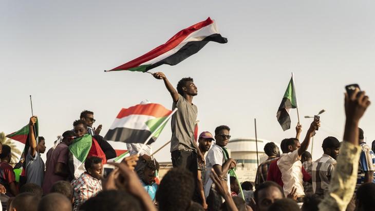 Soudan : le conseil militaire suspend les négociations avec les opposants - ảnh 1