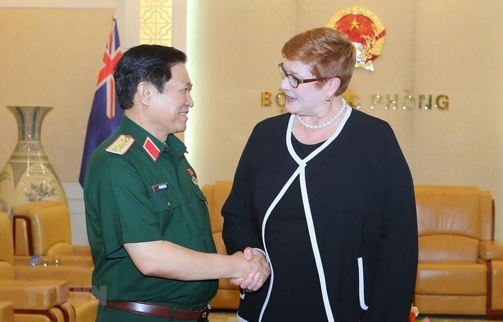 Le chef de la diplomatie australienne rencontre le ministre vietnamien de la Défense - ảnh 1