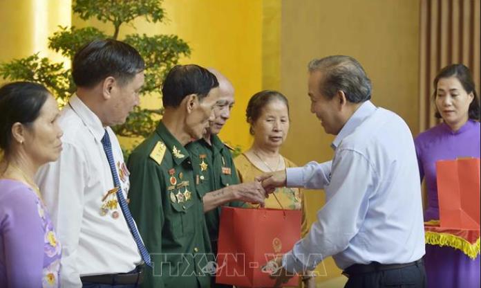 Truong Hoa Binh reçoit des personnes méritantes de la province de Nam Dinh - ảnh 1