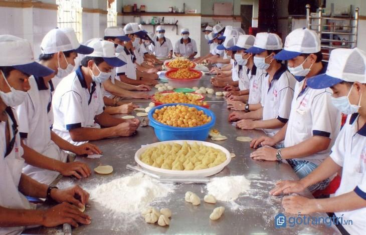 Le métier de confection du «banh pia» à Soc Trang - ảnh 1